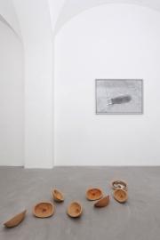 Impronte, veduta parziale della mostra. Nicolò Cecchella, Senza Titolo (Volto Ombra), 2015 – 2016 e Senza titolo (Volto Terra), 2015 – 2017. ph. Nicola Belluzzi, courtesy Passaggi Arte Contemporanea