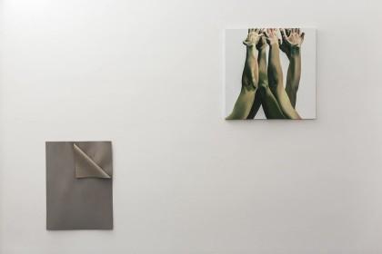 """SX_ Serena Fineschi, """"L'abbandono"""", 2016 cartone pressato grigio, 60x80cm  DX_ Marta Dell'Angelo, """"Varco"""", 2016 olio su tela, 80x80cm  Foto di Elena Foresto"""