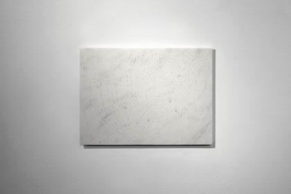 Sandra Binion, Spider Web, 2017, marmo stauario, 43,3x59,5x1,4 cm
