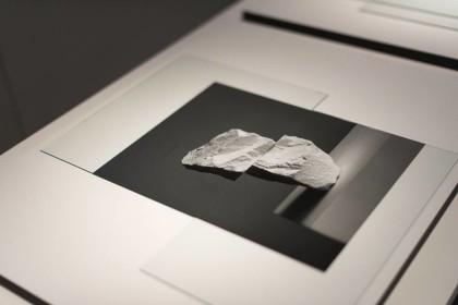 Darren Harvey-Regan, Composition #2, Hand resin prints/stampa manuale su carta politenata, glass/vetro 60x48 cm   Foto di Dania Gennai