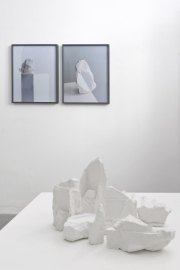 Impronte, veduta parziale della mostra. Marco Maria Zanin, Restituzione, 2017 e Darren Harvey-Regan, The Erratics - Wrest#3 e The Erratics - Wrest#7, 2015. ph. Nicola Belluzzi, courtesy Passaggi Arte Contemporanea