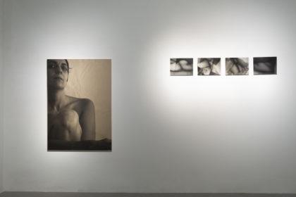Tatiana Villani, Io nell'epoca dell'autorappresentazione digitale, ciclo Körperland, (da sinistra: Corpo#5, fotografia digitale su tela e pittura, 84 x118.9 cm, 2011; Scatto 16 di 200, fotografia digitale b/n, stampa fineart su dibond, 29.7 x 21 cm, 2011; Scatto 103 di 200, fotografia digitale b/n, stampa fineart su dibond, 29.7 x 21 cm, 2011; Scatto 15 di 200, fotografia digitale b/n, stampa fineart su dibond, 29.7 x 21 cm, 2011; Scatto 6 di 200, fotografia digitale b/n, stampa fineart su dibond, 29.7 x 21 cm, 2011). Foto di Dania Gennai.